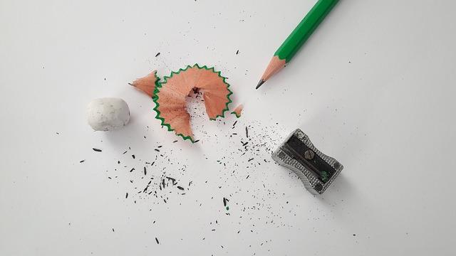 Une feuille et un crayon pour créer son logo DJ.